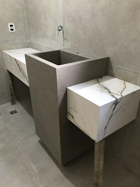 Veja o lavabo durante a obra