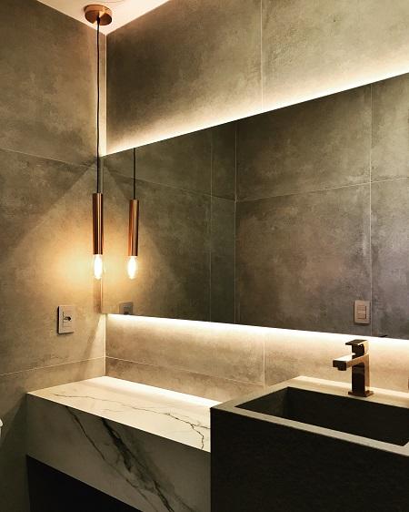 Toque de porcelanato marmorizado na bancada do lavabo