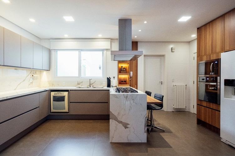 Na cozinha, a cliente que sugeriu usar porcelanato nos tampos e o resultado foi excelente. Os moveis são da Florense.