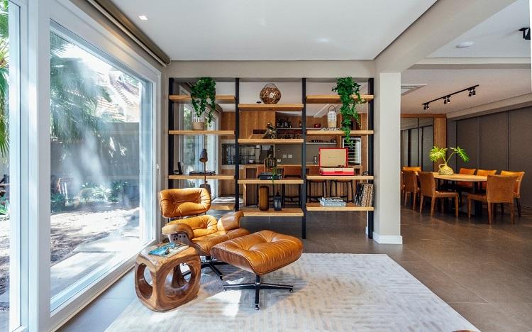 Entre os destaques, a poltrona com design do casal Charles e Ray Eames