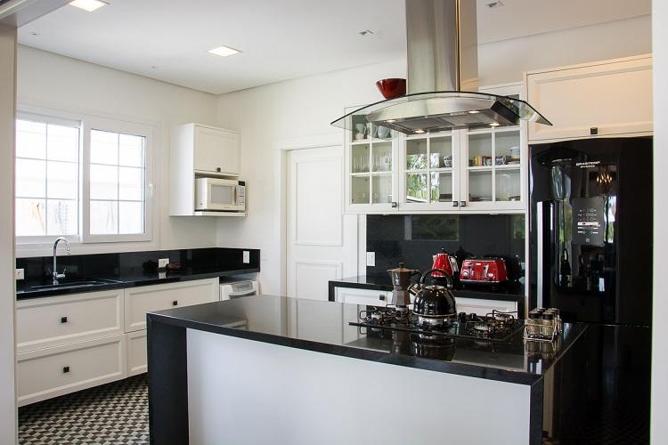 A cozinha também tem vista para o entorno da casa