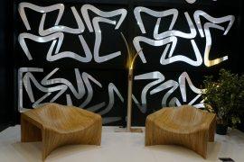 Cadeiras Duna, de linhas orgânicas inspiradas nas dunas das praias de Natal, design da dupla André Gurgel e Felipe Bezerra, da Mula Preta, para Tissot Móveis, fabricada em compensado naval certificado e finalizada com lâmina de carvalho. Fizeram bonito na recente feira Abimad, no São Paulo Expo, exemplos da tendência do design assinado mostradas na vitrine da marca e acompanhadas por um histórico da peça