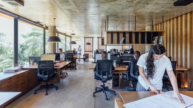 Ambiente de trabalho dos arquitetos do escritório Lineastudio Arquiteturas