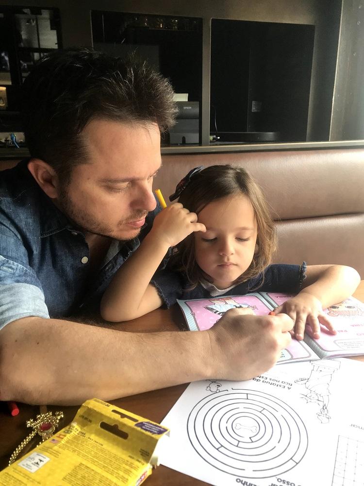 Pai e filha estudando
