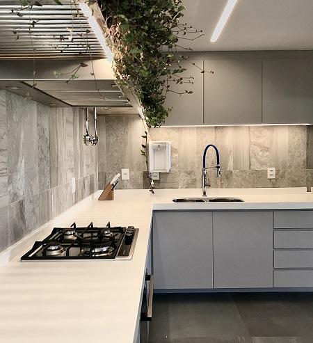 Cozinha com o mesmo revestimento dos ambientes de estar, jantar e escada