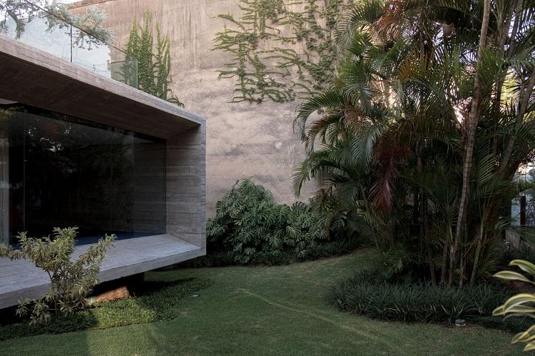 Recanto da área comum externa do edifício Bossa, um dos projetos premiados do escritório, assim como a Casa da Figueira