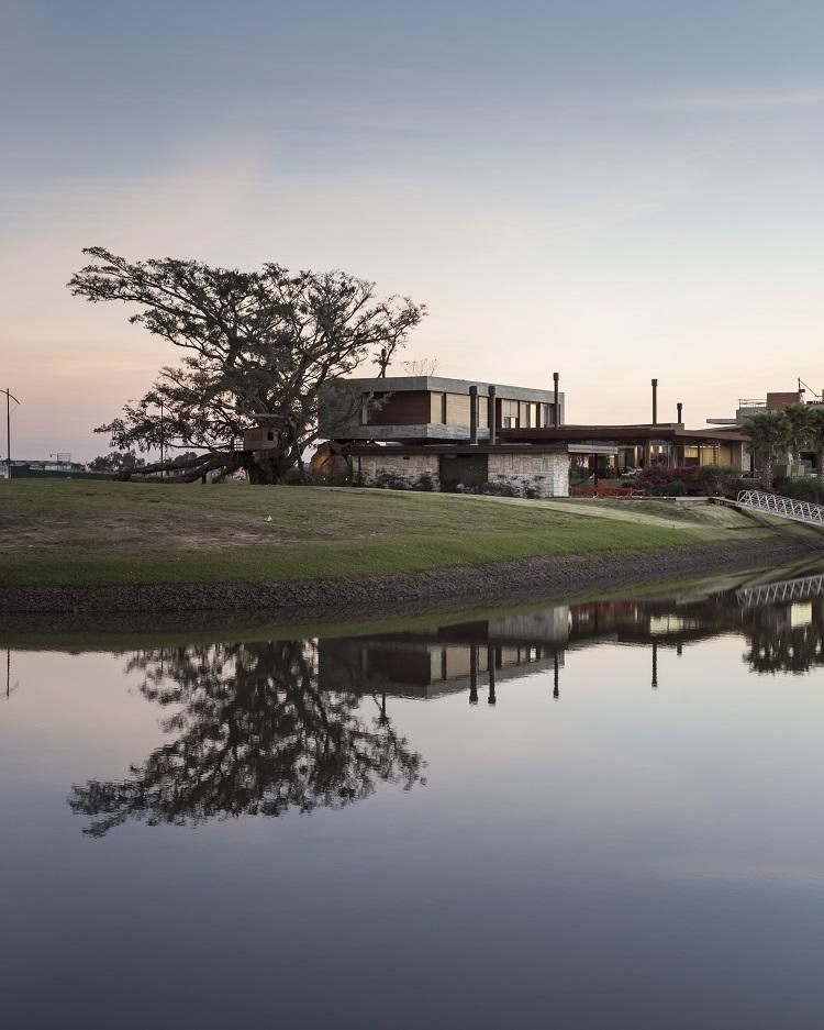 Casa da Figueira refletida na água