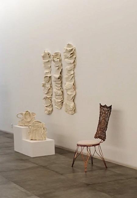 Na parede, a obra em lã de Inês Schertel
