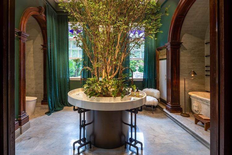 Ouriço Arquitetura, que transplantou uma jabuticabeira para a Sala de Banho, com banheira que teria pertencido à Imperatriz Teresa Cristina