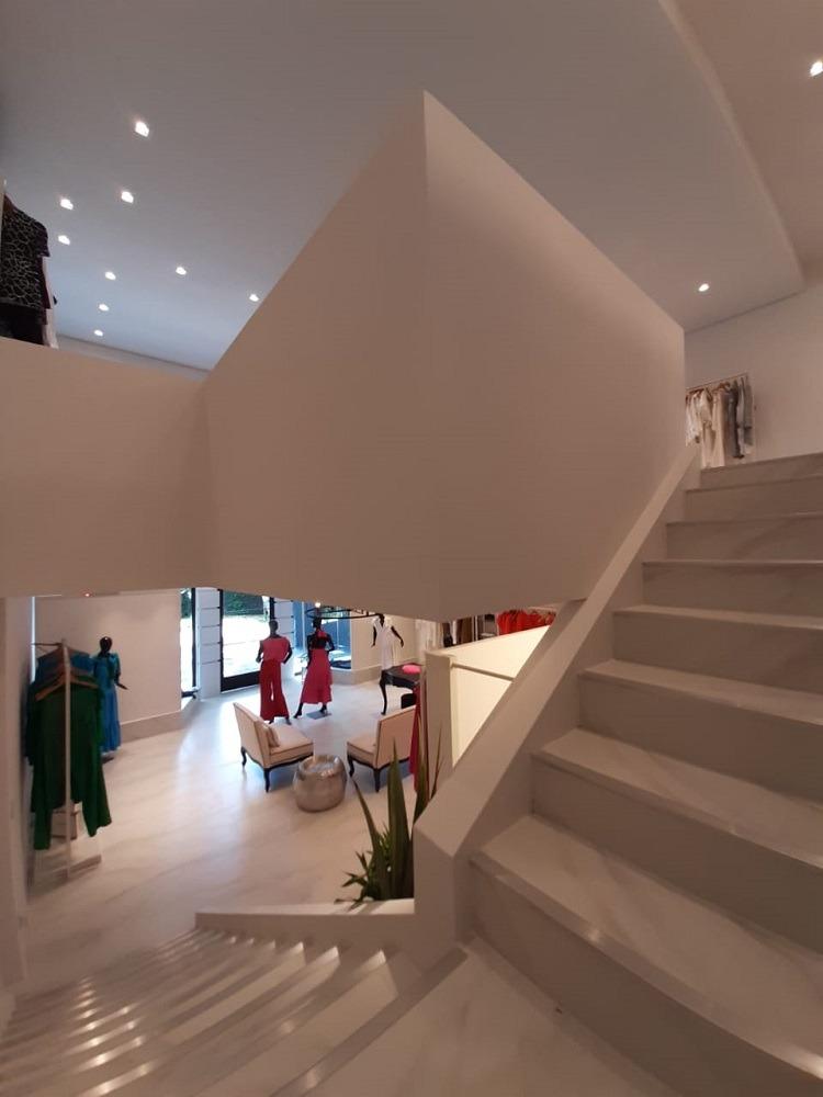 Até a escada acompanha o piso