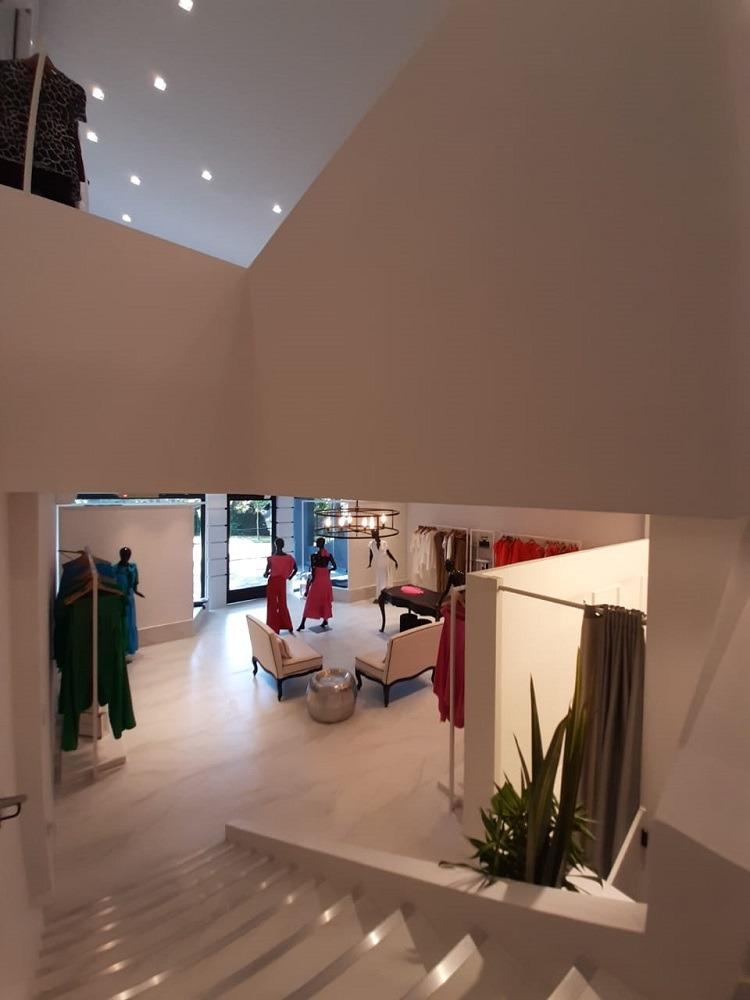 """A caixa monocromática e as escolhas da iluminação reforçam o estilo da """"maison"""""""