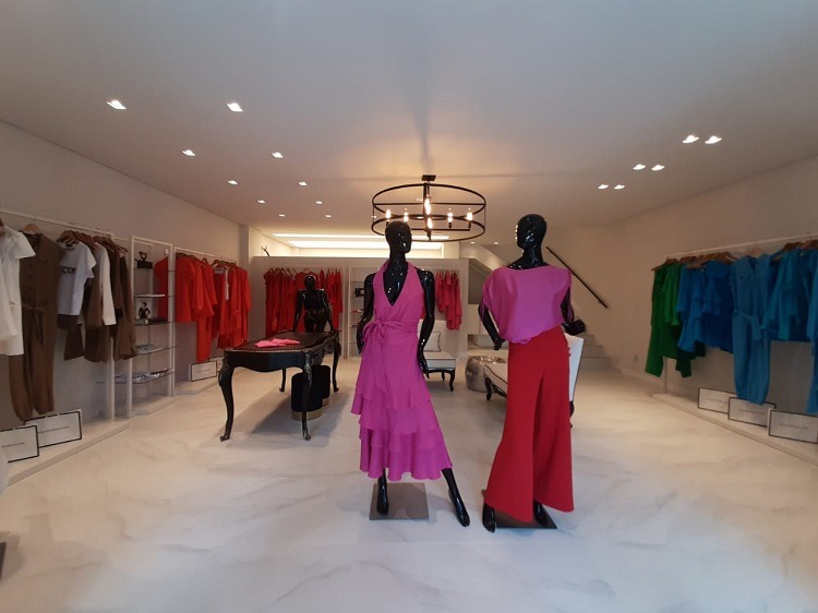 Interior de loja de moda com projeto de arquitetura de Marion Feldmann Arquitetura