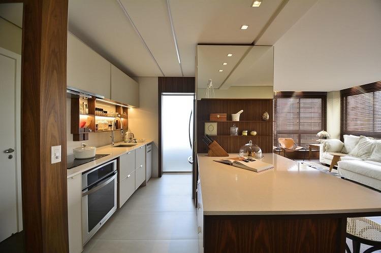 O escritório NV Arquitetura, equipe 100% feminina, criou um projeto de área social a partir da abertura da cozinha, com resultado personalizado para o primeiro endereço de um casal