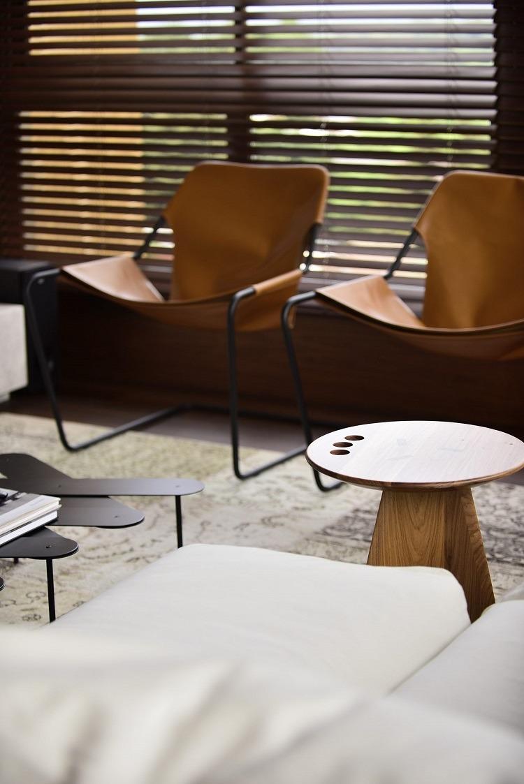 Recanto com cadeira e mesa de design em projeto de NV Arquitetura