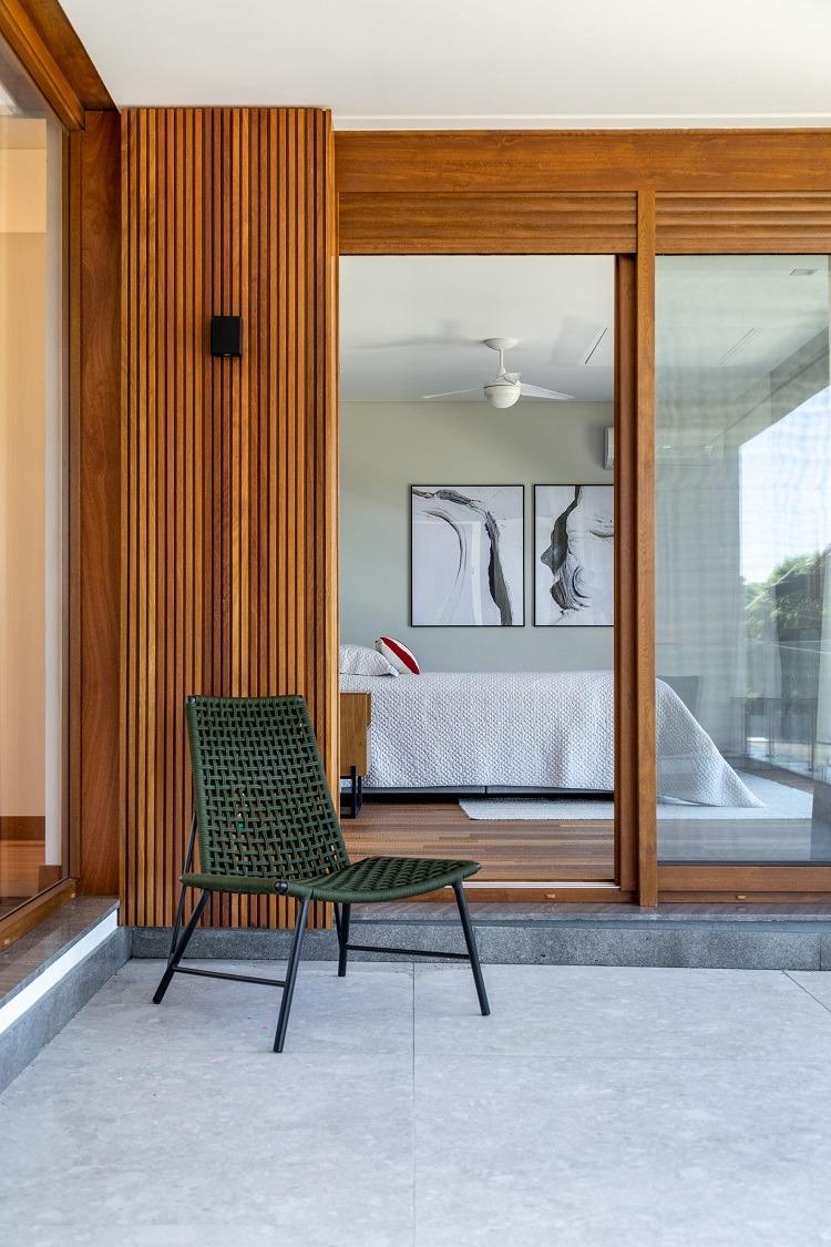 Quando a escolha do material é perfeita para todas as áreas da casa, a percepção de amplitude e elegância surgem combinadas