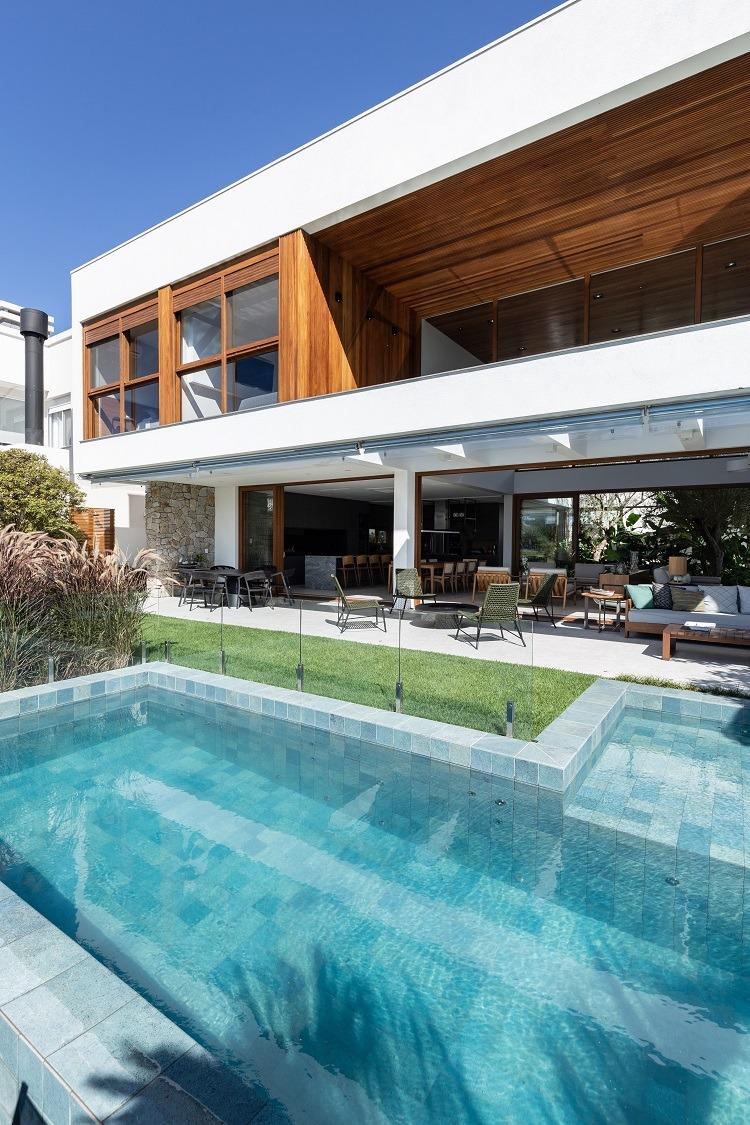 A piscina é um atrativo do verão combinado aos ambientes intermediários para curtir a natureza