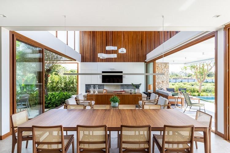 O projeto de interiores prevê para cada elemento um contraponto que possibilita valorizar a ambos, como se jogasse luz nos pequenos e grandes detalhes da composição tornando todos fundamentais para o resultado final