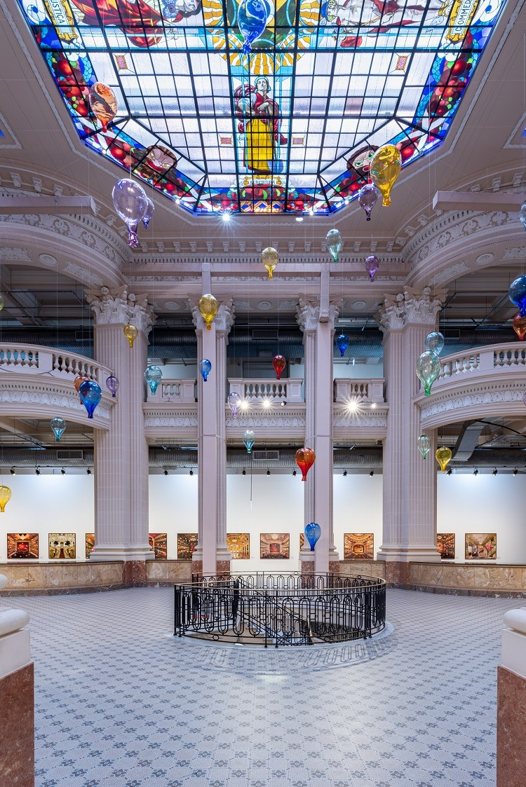 Paleta de cores dos vitrais dialoga com as cores dos balões