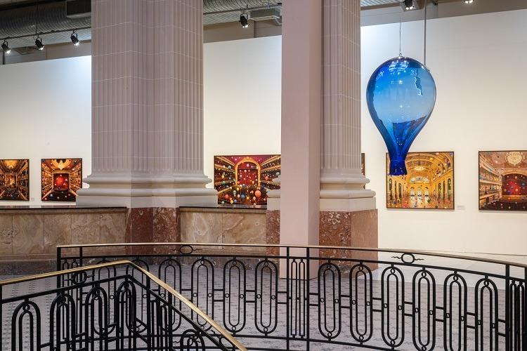 Revoada: balões parecem entrar nas obras bidimensionais