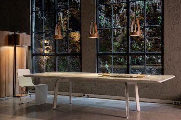 Cadeira-Solla, mesa Grass, objeto Colombina, luminária Wash, design de Ronald Sasson para a Voler (fotos Claudio Fonseca, divulgação)