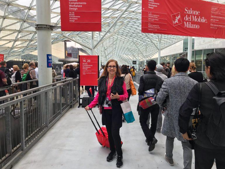 Eleone Prestes em Rho Fiera, no Salone del Mobile Milano, pesquisando as novidades e tendências