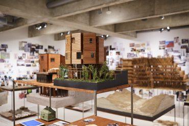 Maquete em primeiro plano na exposição de arquiteto japonês na Japan House, em São Paulo