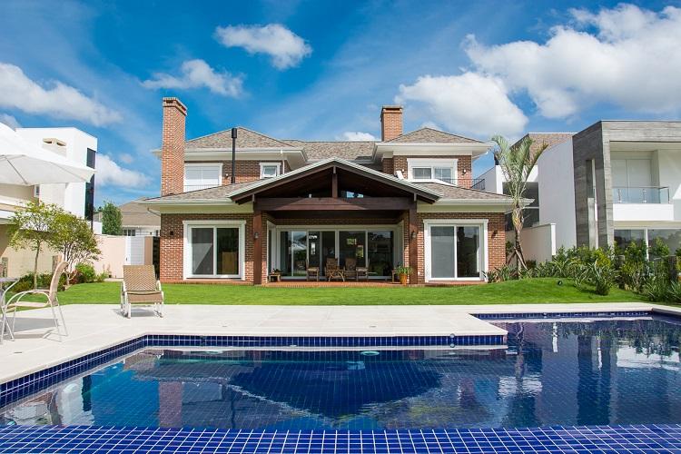 Casa com interior e exterior integrados, com vista para a piscina (fotos Carlos Edler, divulgação)
