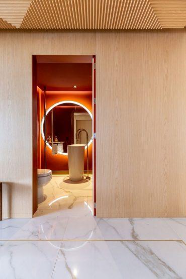 Entrada do apartamento com o lavabo colorido ao fundo