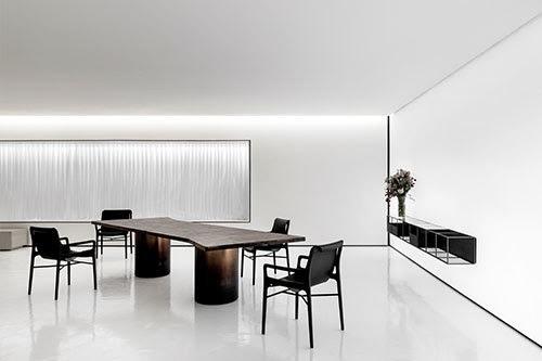 Cadeira Etta em composição com mesa de jantar de Jader Almeida (Divulgação)
